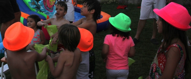 Cumple 3 Vicky piñata y sombreros