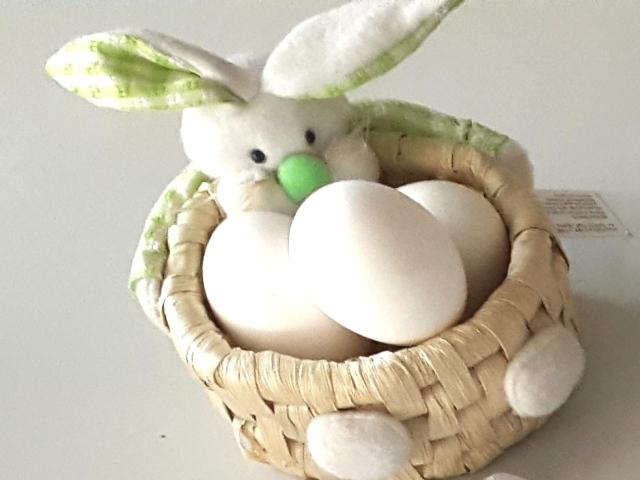 mesa pascua canasta con huevos