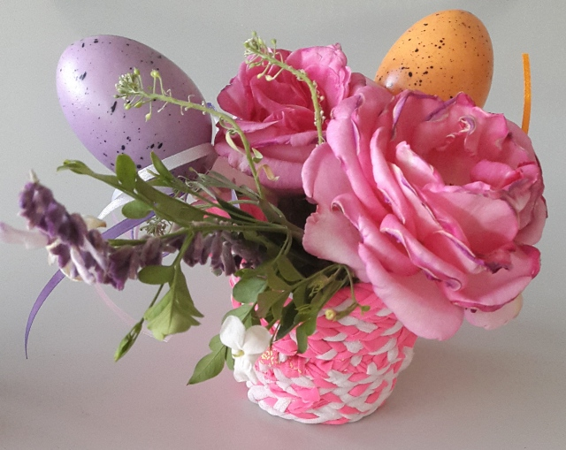 canastita rosa con flores